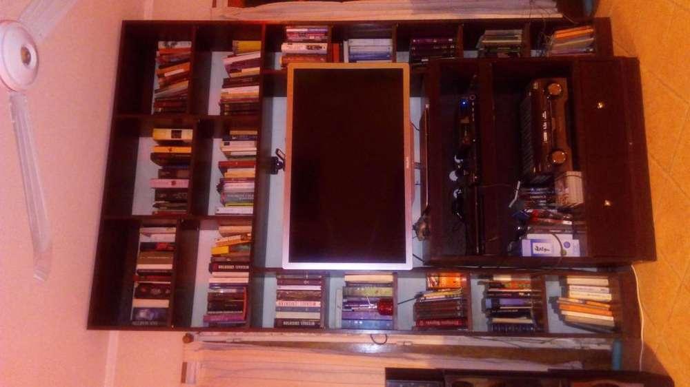 Biblioteca con mesa TV