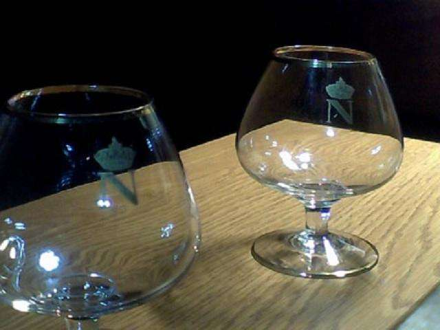 Juego de Copas de Cognac Napoleón, con escudo y bordes dorados.