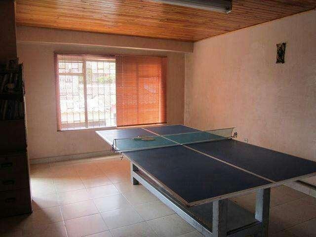 Tenis de mesa, raquetas, ping pong, malla y mesa para practicar