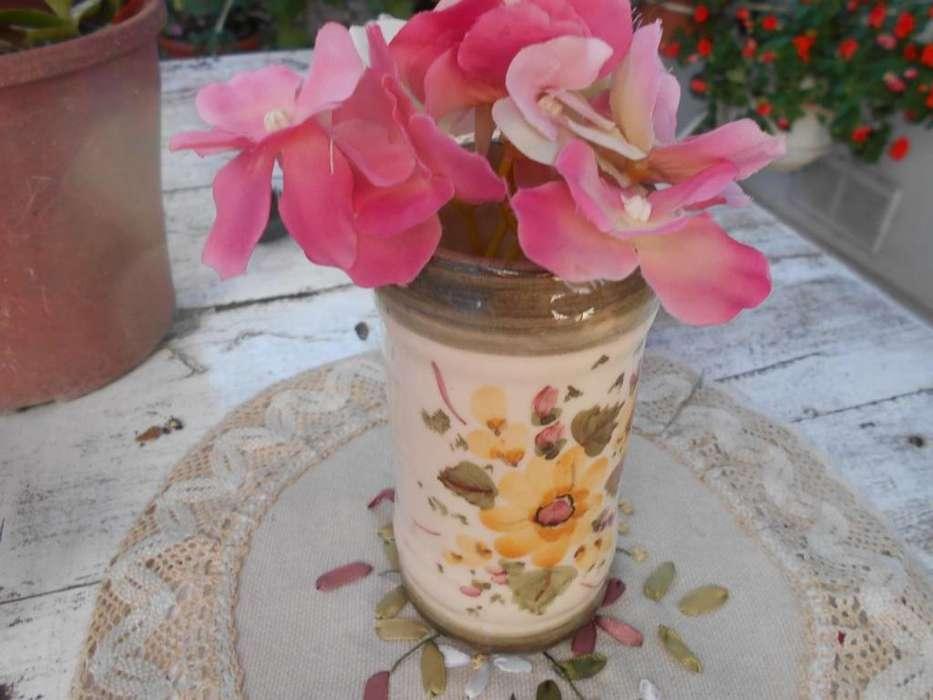 Liquido! Florero de cerámica. Incluye flores. Muy lindo!