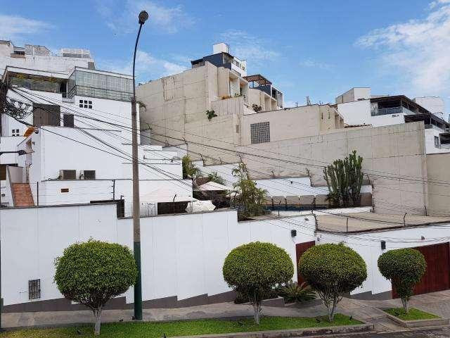 EN VENTA AMPLIA CASA RESIDENCIAL DE 5 DORMITORIOS, EN CASURINAS SUR, SURCO, AT: 990 M2, A.C: 880 M2 UD