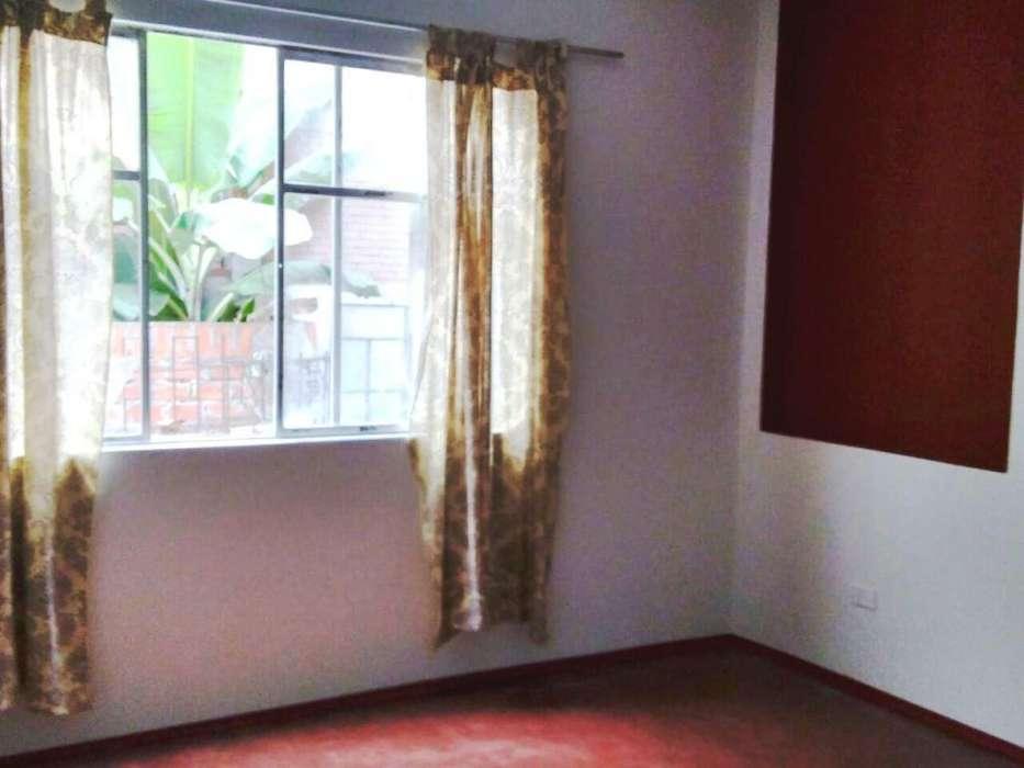 Linda y amplia habitación con baño para UNA SOLA PERSONA, en zona residencial de La Perla Alta