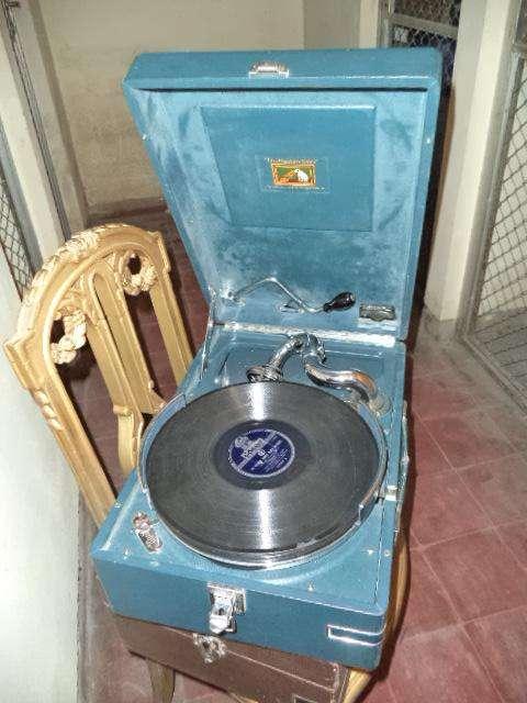 Bitrola antigua con discos