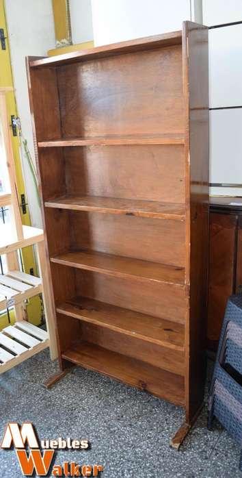 Biblioteca alta, lustrada con 5 <strong>estantes</strong>