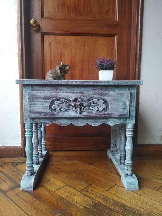 Mesa de noche / Nochero. Estilo Vintage / Antiguo. Madera. Pintada a mano técnica decapé.