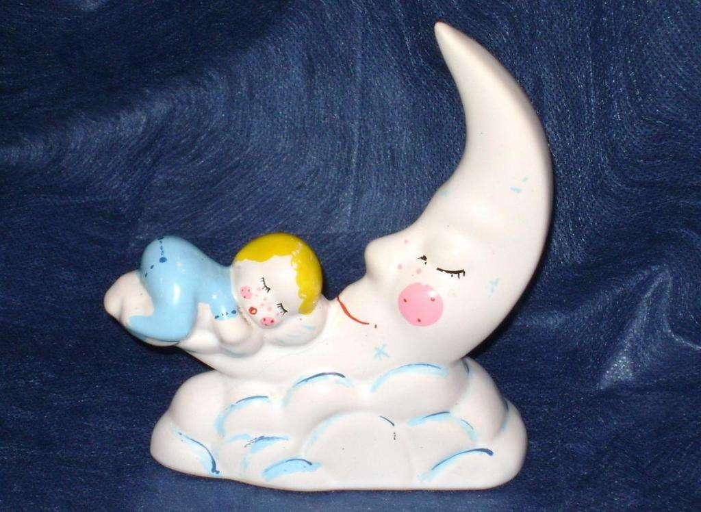 Porcelana Bebé dormido abrazando medialuna / Maxim Nord