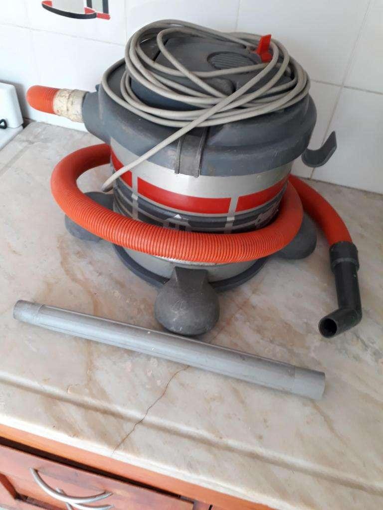 Aspiradora YELMO 12 LT. Con algunos accesorios