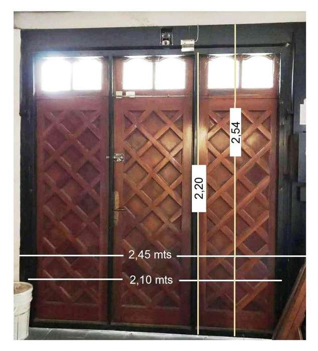 Portón levadizo sistema Ehlers. 3 hojas de cedro, 1 puerta