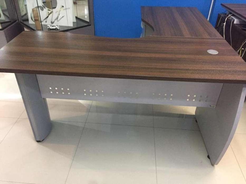 escritorio modular en L y silla giratoria para oficina