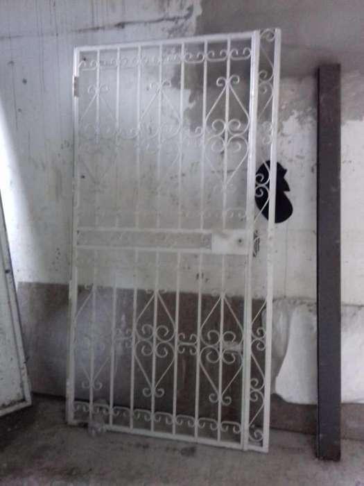Vendo reja para protección de puerta en buen estado con cerradura, lista para instalar y usar