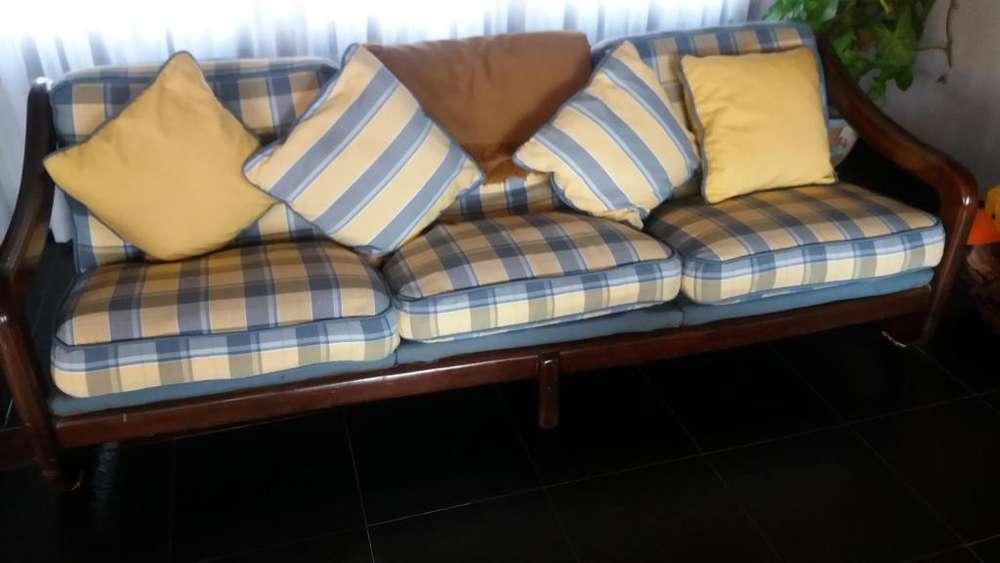 SILLON PARA SALA DE ESTAR de madera maciza con respaldo y asiento c almohadones c funda lavables.