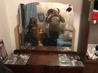 Mueble antiguo con espejo