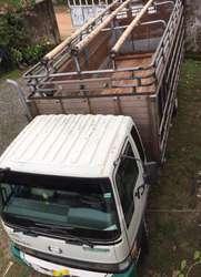 Hino GD, año 2003, excelente estado con cajón mixto (madera y metal)