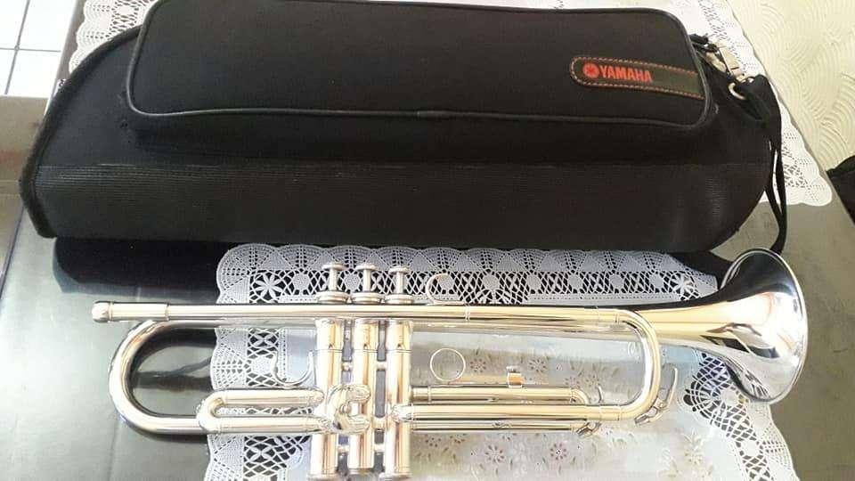 Trompeta Yamaha 2330 plateada seminueva