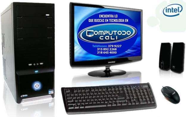 Computador torre con monitor y accesorios