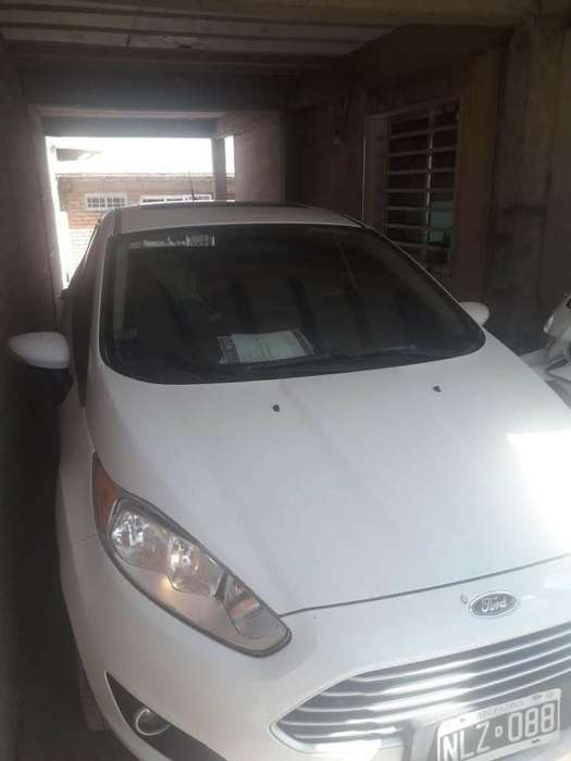 Ford Fiesta Kinetic Sedán 2013 - 80000 km