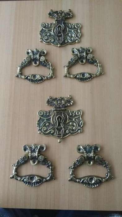 Jaladores y chapa de bronce diseño colonial