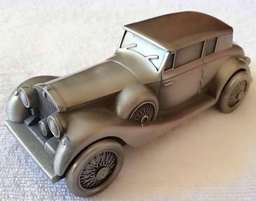 Antigua alcancia acero galvanizado forma de auto