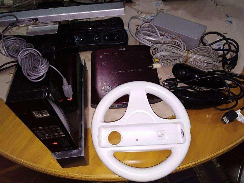 Vendo: Wii con 2 controles2 nunchuckadaptador corrienteDVD readerjuegostimón.