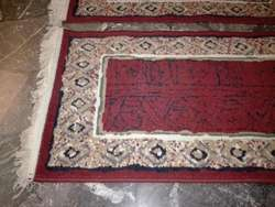 Hermoso par de alfombras con flecos para pie de cama marca SHIRAZ.