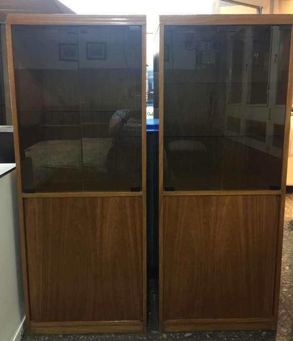 2 unidades de VAJILLERO en madera roble con vidrio y estantes