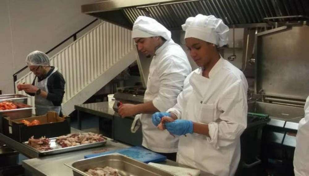 Se Necesita Ayudante de Cocina Y Mesera