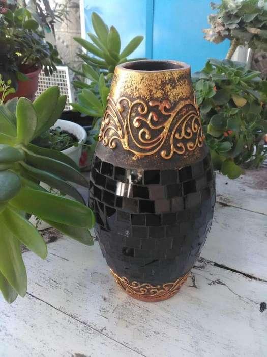 Extraordinario jarrón de cerámica dorada y marquesitas negras