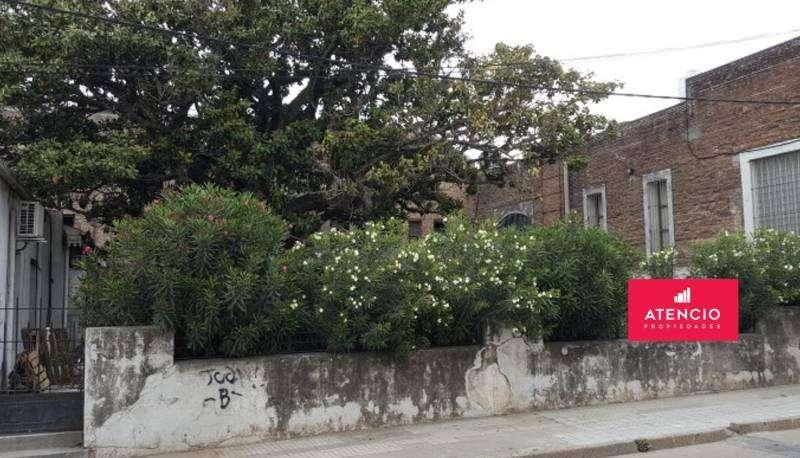 Antigua cancha de pelota paleta, con gran patio y local comercial.
