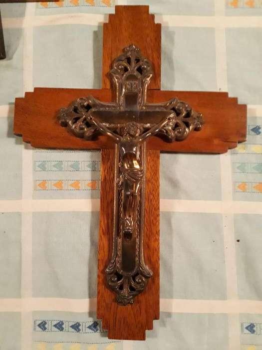 Crucifijo y Sagrado corazón.