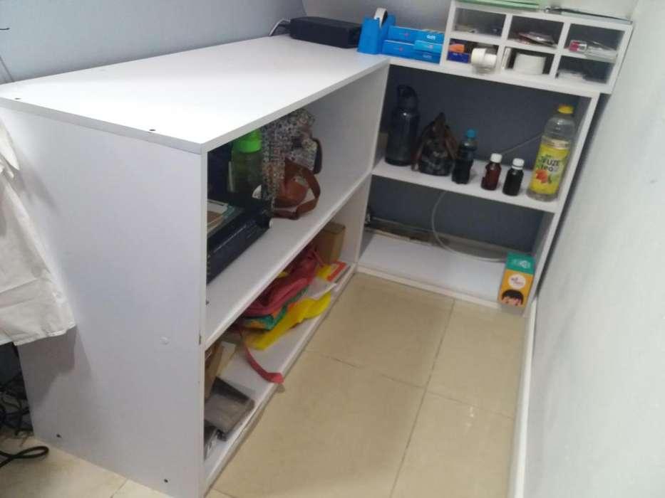 Mueble de piso blanco