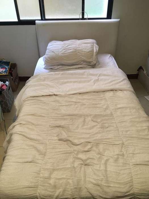 Cama con colchón blanca