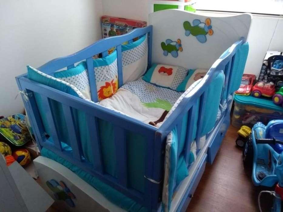 Hermosa Cama cuna incluye todos los accesorios, colchón, almohadas, pliegues y cubre lecho acolchonado