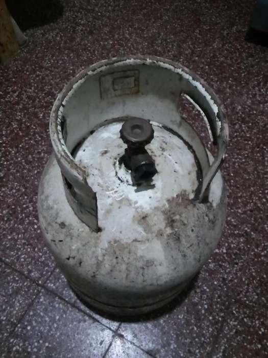 Garrafa de 10 kilos usada YPF en buen estado, casi vacia tiene un poco de gas.