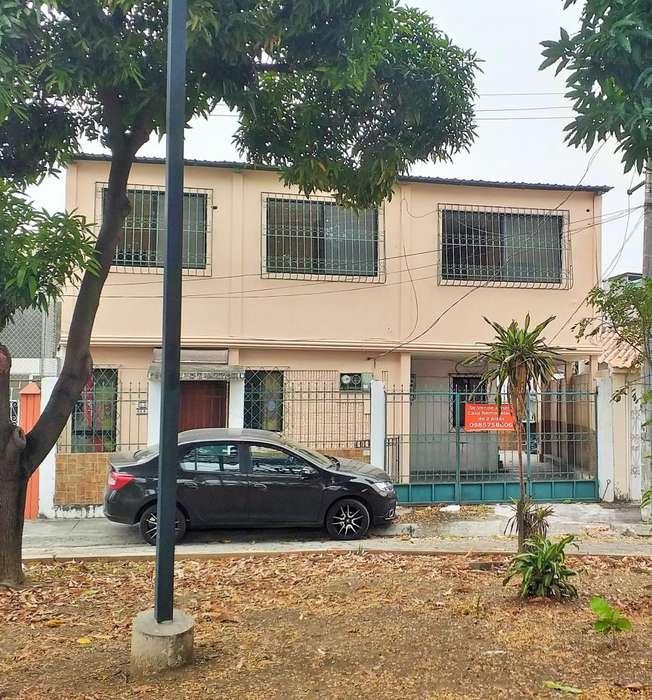 Vendo Casa Rentera de 2 plantas, Alborada etapa 12, Norte de Guayaquil.
