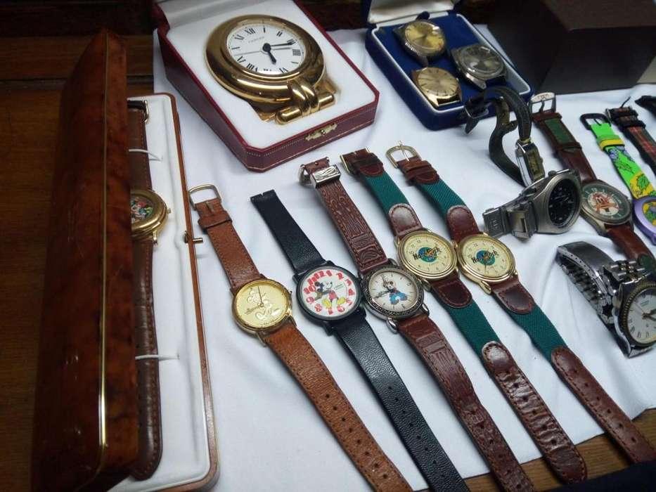 Relojes antiguos funcionando.