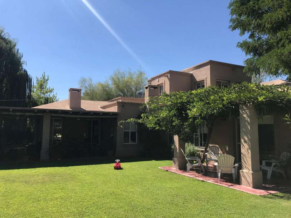 Increible casa en Barrio La Delia. Gran parque, piscina, 4d 3b Impecable!!