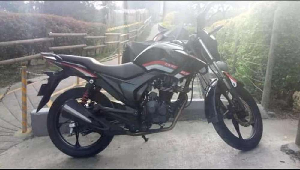 Vendo Moto Akt 125 Negra con Pechera