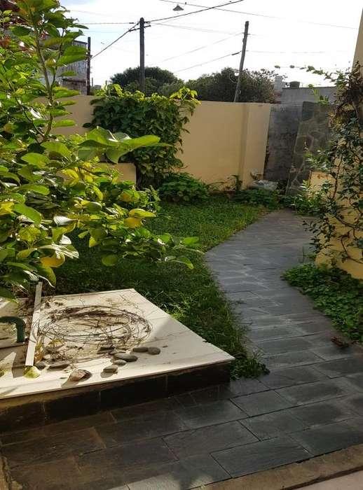 Venta casa en ochava, Cazadores N 1795, dos dormitorios, cochera, patio/jardín, amplia, todos los servicios.