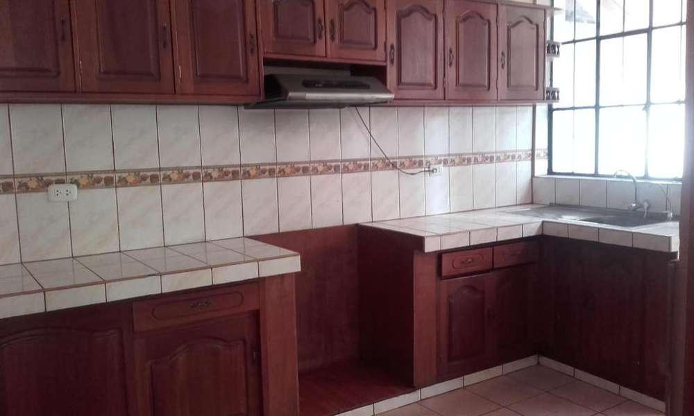 Se alquila casa grande de dos pisos en Larapa