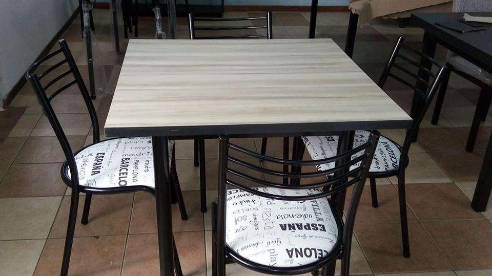 mesa cuadrada con 4 <strong>silla</strong>s
