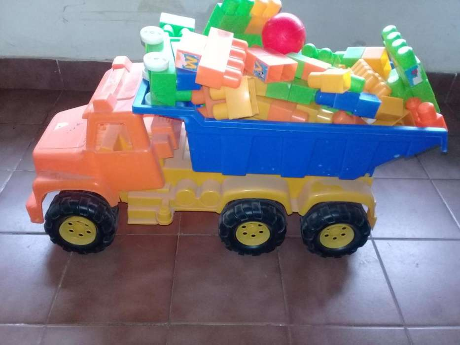 Camión volcador de juguete con ladrillos