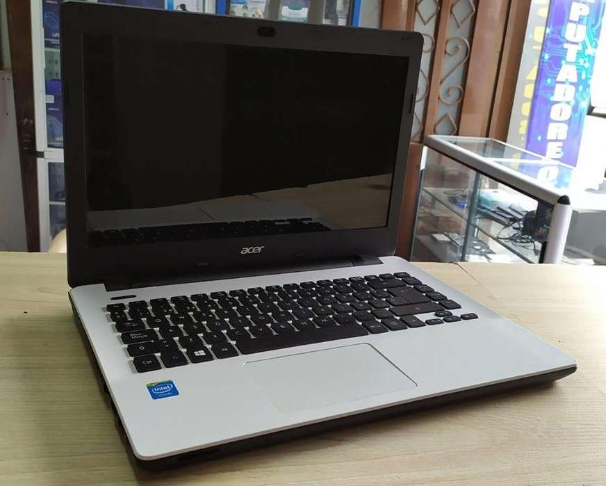 Hermoso portátil Acer blanco