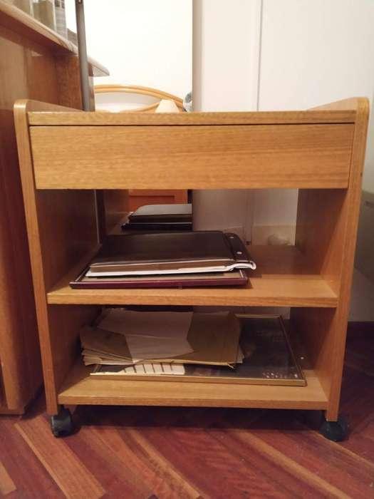 Mesa o Mueble de apoyo de madera con ruedas