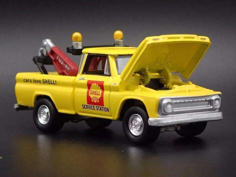 Grúa 1965 Chevrolet, marca Johnny Lightning (Similar Hot Wheels)