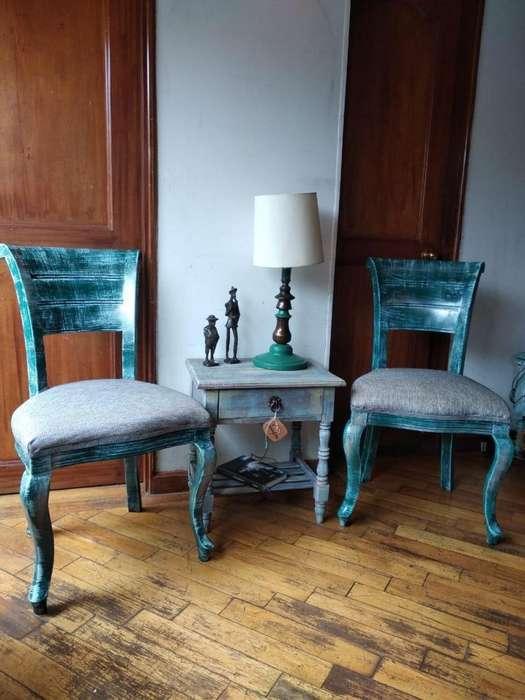 Juego de sillas (2) y mesa todo en cedro, recién tapizadas y pintadas a mano, listas para usar