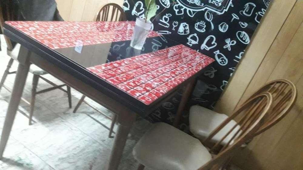 Liquido por mudanzaHermosa mesa con 4 sillas Windsor