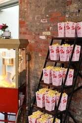 Servicio de Estaciones de alimentos con carritos de crispetas, algodozon de azucar, perros clientes y raspados.