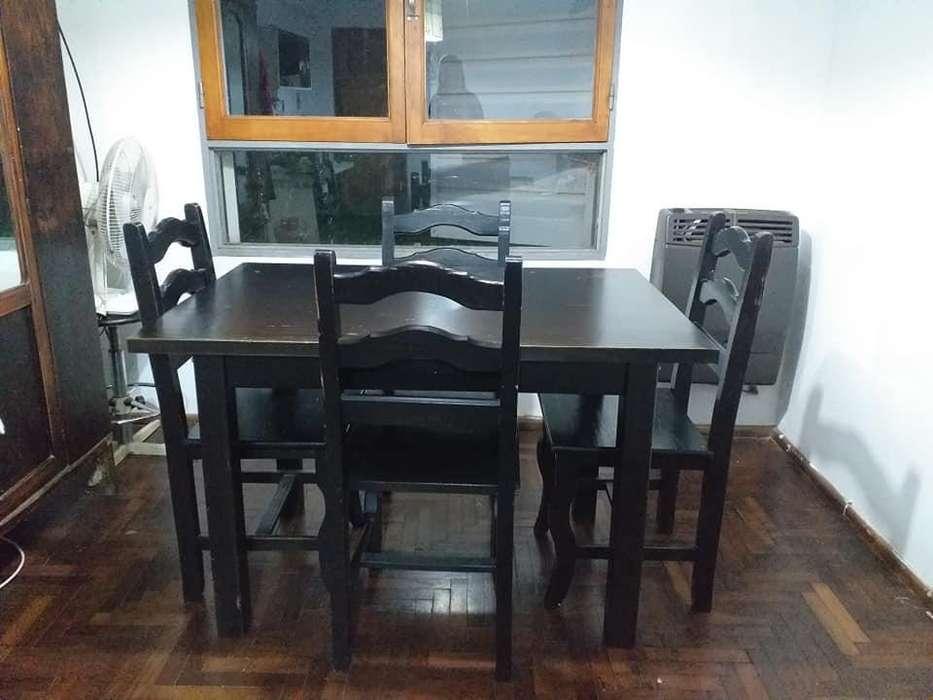 Mesa de <strong>comedor</strong> y cuatro sillas.