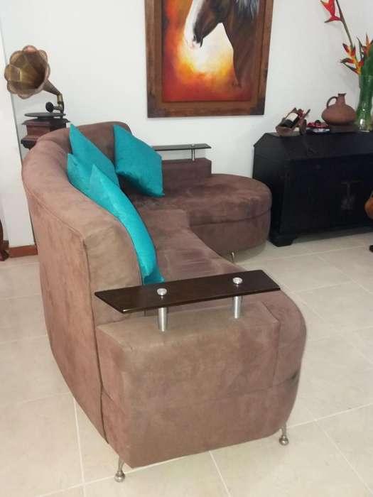 Sofá en L y cojines con <strong>mesa</strong> sin decoración.