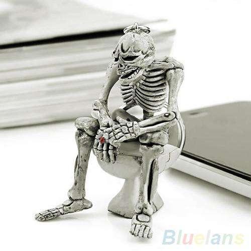 Llavero realista en forma de esqueleto en sanitario